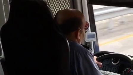 大巴司机的座椅看起来很享受