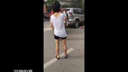 15、女子过马路被卷入车底 众人抬车救人