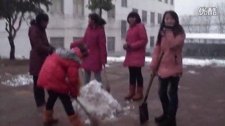 【拍客】山村学子暴雪后堆雪人