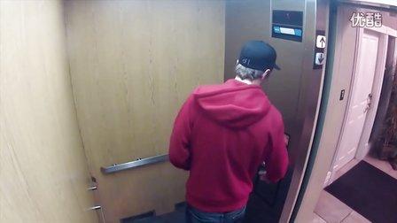 姑娘电梯里扮鬼吓人被淡定男一脚踢晕
