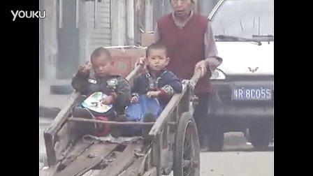 [2013榜样季]【拍客】七旬奶奶推木车接送俩孙子上学3年