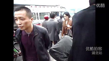 【拍客】武汉再现逼停哥 市民拦车义举鼓舞群众帮扶被碾压老人