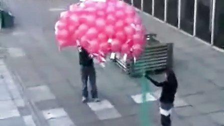 笑翻!本想放飞祝福,结果放飞失误气球全挂到了树枝上