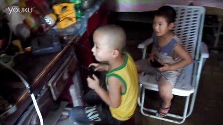 两个外甥打游戏