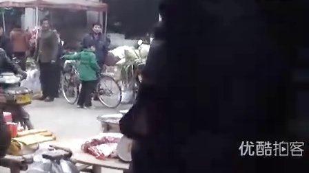 【拍客】实拍春节赶年集90后青年打架现场