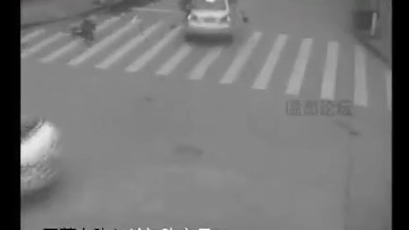 监拍路口摩托驾驶与乘客瞬间被撞飞
