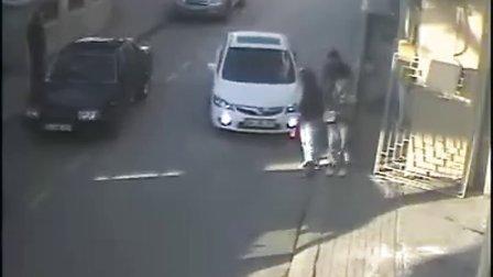 火气太大!街头人与车斗气互不相让引发悲剧