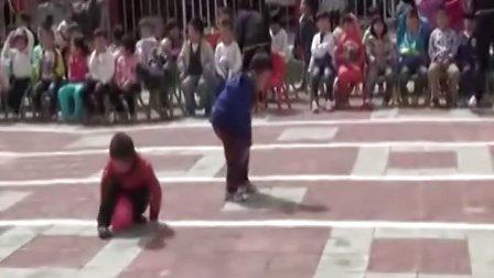 实拍小朋友运动会跑步夹气球精彩瞬间