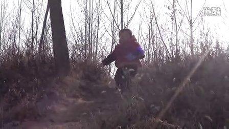 【拍客】宝宝不怕摔勇敢走下山