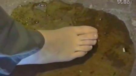 妹子赤脚踩胶水无法挣脱
