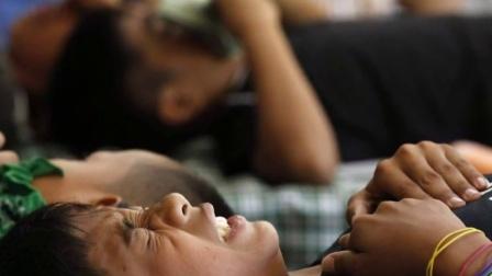 菲律宾300多名在青少年在学校课桌上进行割礼 160421