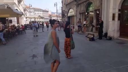 【冯导】父亲鼓励女儿为街头艺人音乐伴奏跳舞的唯美一幕