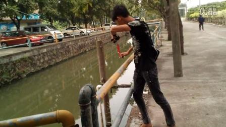 完整版弹弓射鱼镖打鱼视频,不用瞄准直接射中目标