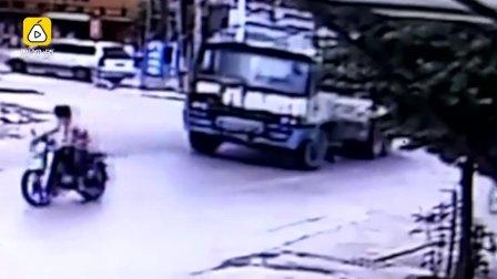 监控-他从摩托后座抖落,遭货车辗轧