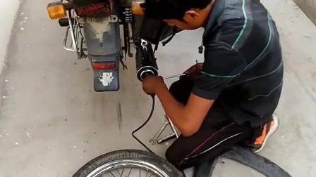 印度修补摩托车轮胎的,用排气管给轮胎充气,脑洞大开