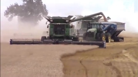 世界各地小麦收割机大比拼,看到印度小哥的,我真忍不住笑了