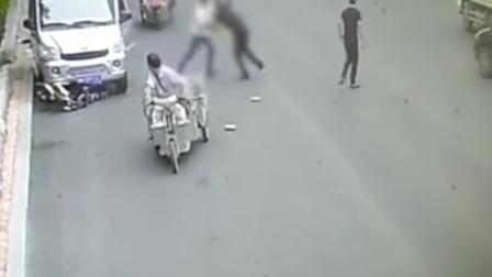 感情纠葛,他驾车撞碾&刀捅摩托司机