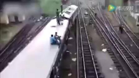 印度男子扒火车失手_掉入车底双腿遭碾压