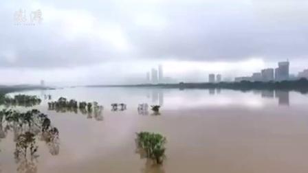 湖南:洪水吞噬二层小洋楼,邻居互救