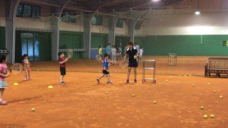 【6岁】6-6哈哈在室内红土场地网球反手击球训练IMG_3247