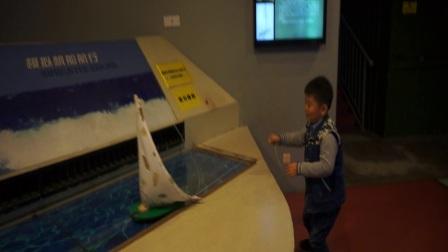 【6岁半】11-26哈哈在杭州科技馆玩帆船模拟航行实验MAH07423