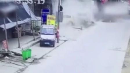 监控实拍:飞来横祸 街头恐怖一幕...
