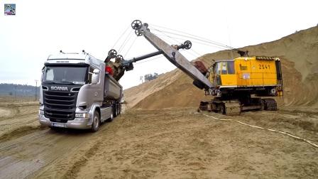 大型电铲装车作业
