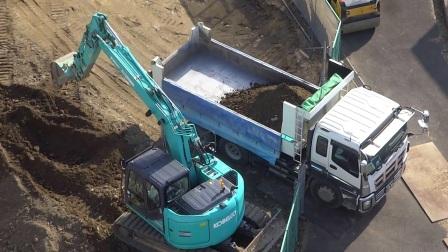 神钢挖掘机在道路扩展工程工地工作