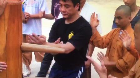 江志强师父2010年应福建泉州少林寺邀请回寺教授护寺武僧咏春木人椿法