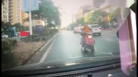 监控实拍:女子骑电动车逆行 接下来太惨了...