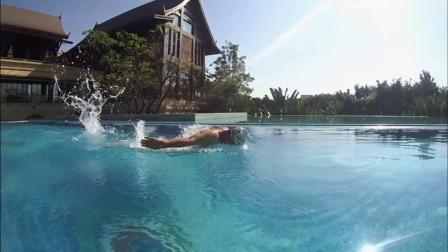 一个人在酒店的游泳池里 放飞自我 (蝶泳)