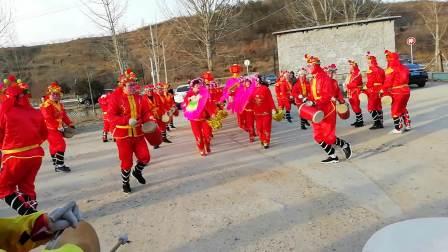 海阳市朱吴镇虎龙庄秧歌队在三王家村演出完整版(2019年正月初三)