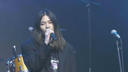 陈家麟演唱自己的歌,观众沉浸其中 大学生音乐节 20191108