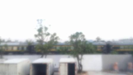DF11G 0165和DF11G 0169牵引K511次列车慢速通过肇庆站机外