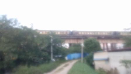 DF11G 0171和DF11G 0186牵引K511次列车快速通过西江大桥