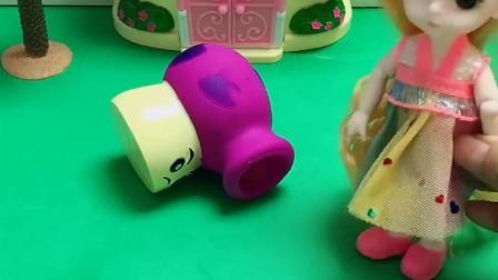 蘑菇炮在吃好吃的,吃饱就睡着了,芭比娃娃拿头发给蘑菇炮挠痒痒
