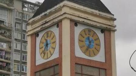 重庆市巴南区华夏八街钟楼(表已停摆)(去年国庆期间拍摄)
