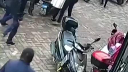 两名辅警当街抓捕窃贼,被刺中多刀后仍不放手。