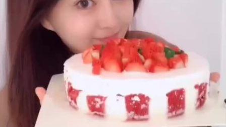 超任性的赤焰莓莓丝绒蛋糕,草莓那叫一个多,满满的一层草莓,好吃太好吃啦
