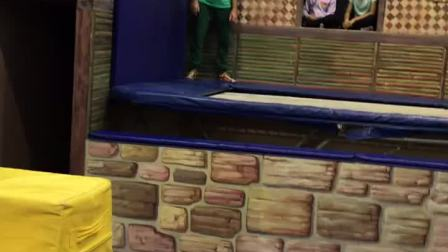 小女孩在教练指导下学习蹦床跑墙