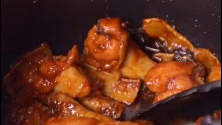 1冷冻鸡翅解冻后,再浸泡个把小时,就没腥味了。2电饭煲柴火饭键煮两次,鸡翅才轻松脱骨。