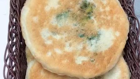 发面馅饼和面配方:1斤面粉加酵母,泡打粉,白糖各5克,温水350克和成面团。
