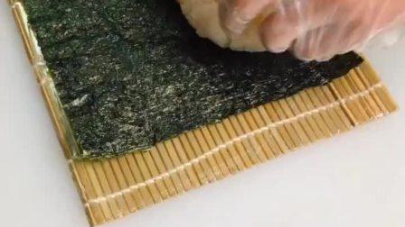 家庭版寿司教程火了,我也发个,230克米饭,放上黄瓜,玉子,肉松,蟹柳,大根,沙拉酱。一张海苔包起来