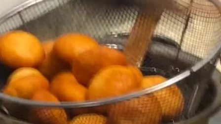 糖糕:面粉500克,水850克,开水烫面,放入适量食用油水切50克一个,包入糖即可