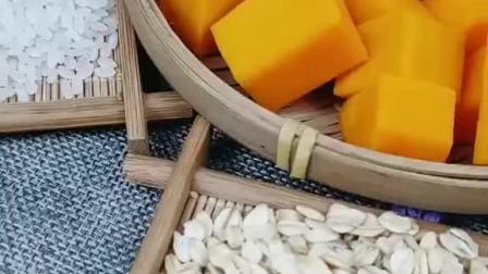 燕麦片不仅可以当作减肥餐泡牛奶,还可以跟南瓜一起熬粥喝哦,比用大米更香!