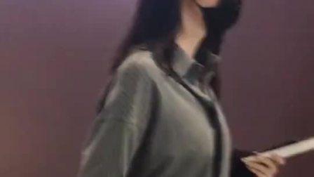 张梓琳笑起来太甜了,隔着口罩都能感觉到