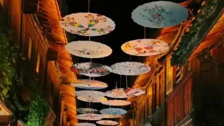 撑着油纸伞,独自彷徨在悠长悠长又寂寥的雨巷,我希望逢着一个丁香一样地结着愁怨的姑娘。