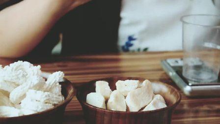 奶渣吊坠。可以戴在身上的酸奶,是吃货们的另类时尚。西藏奶渣是一种酸奶类小吃,微酸、很硬。你敢吃吗?你敢戴吗?