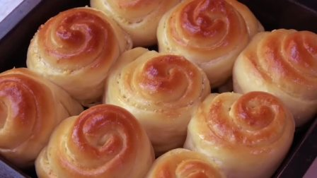 想吃面包不用买了,阿源用300克面粉做了9个面包,香甜松软超好吃,孩子超喜欢