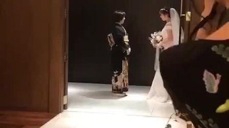 日本妈妈为女儿盖上婚纱   。 兄弟们娶个日本媳妇吧